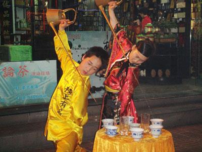 Чэндуские официанты - настоящие фокусники.
