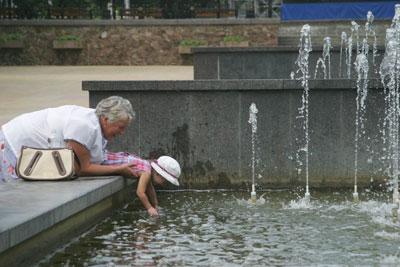 Ребенок в Фонтане с бабушкой