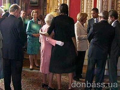 Мишель Обама обнимает королеву Елизавету II