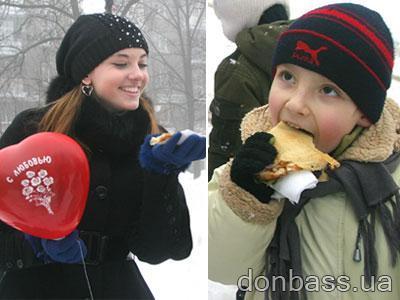 Участники акции приманивали тепло горячими сердцами и вкусными блинчиками.