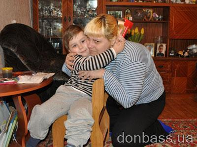 """Ради """"обнимашек"""" с мамой Даня тут же бросает все свои занятия. А Наташа, подарившая ему жизнь, теперь самоотверженно бьется за то, чтобы тьма отступила от ее кровиночки..."""