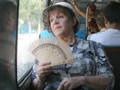 При нынешней погоде поездка в общественном транспорте становится настоящим испытанием. Спастись можно только собственными средствами.