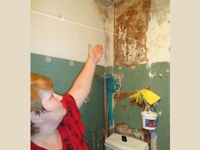 Елена Леденева показывает ванную комнату, где уже пустил корни грибок.
