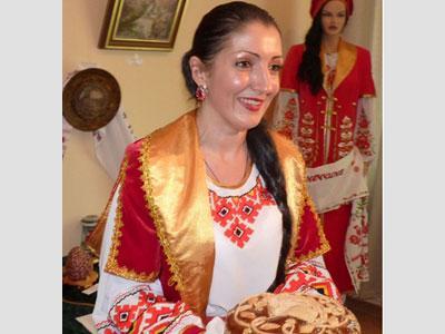 Автор проекта «Единая Украина: Восток и Запад вместе» Светлана Кучеренко приняла от сподвижников ее замысла хлеб-соль.