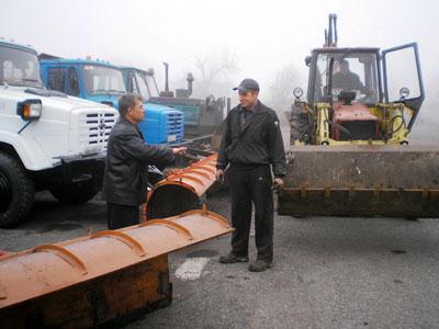 Директор коммунального предприятия «Снежноегорспецтранс» Виктор Ященко и тракторист Валерий Ищенко утверждают, что с шефской помощью они перевернут любые снежные горы.