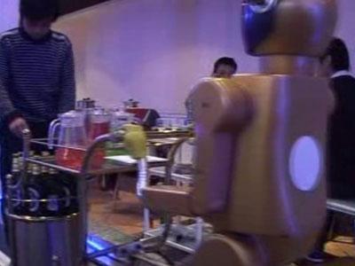 В китайском ресторане появились роботы-официанты (ВИДЕО)