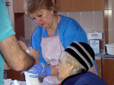 Медсестре Светлане Быковой порой за дежурство приходится накладывать до полусотни гипсовых повязок.