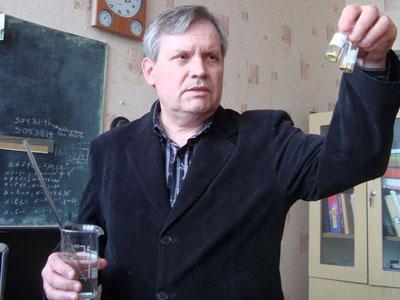 Николай Коротких с двумя катализаторами (никеле- и паладиесодержащими) и раствором хлорорганического вещества, ожидающего детоксикации.