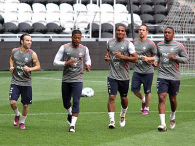 На тренировке игроки сборной Франции улыбались, но в игре, по словам Лорана Блана, его подопечные шутить не намерены.