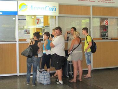 У окошка «Аэросвита» в аэропорту Донецк вчера было оживление: все, кто должен был улететь в этот день, меняли билеты.