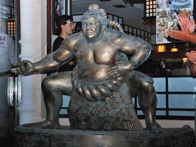 В Одессе установили памятник сумоисту