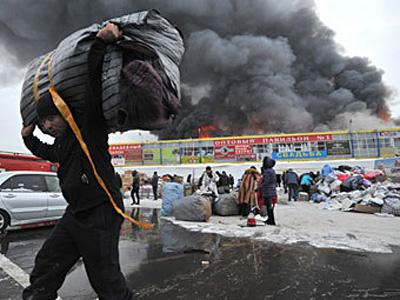 В Екатеринбурге сутки горел вещевой рынок