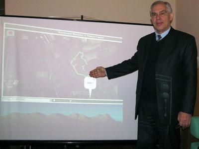 Игорь Семичастный  показал виртуальные границы заповедника. Точки вокруг - древние курганы.