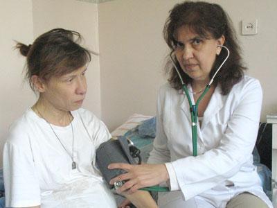 Регулярный контроль артериального давления очень важен при ИБС, пояснила пациентке Ирине Ивановой врач Светлана Шульженко.