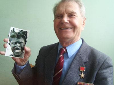 Василий Стеблянко, которому идет 80-й год, со своим знаменитым фото.