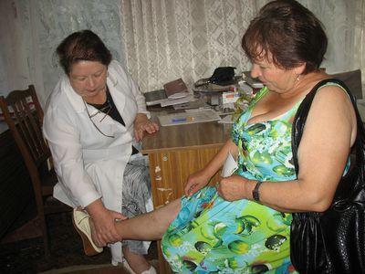 Врач Ольга Байда рекомендует пациентке специальные средства борьбы с варикозом, а также постоянный уход.