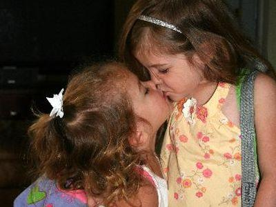 Девчонки любят целоваться при встрече,  и от заражения вирусом Эпштейн-Барра  не застрахованы.