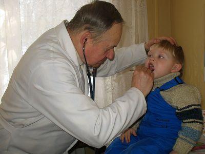 Педиатр Юрий Кульбицкий предупреждает, что к кашлю следует относиться серьёзно,  долечивать его, чтобы не было осложнений.