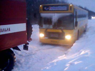 Спасатели вызволили из снега 25 пассажиров международного рейса