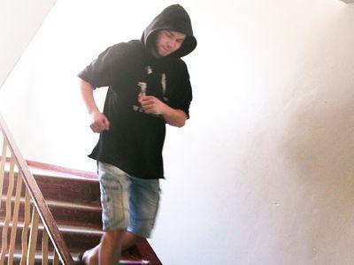 Ярослав бежит на тренировку,  перепрыгивая через несколько ступенек.
