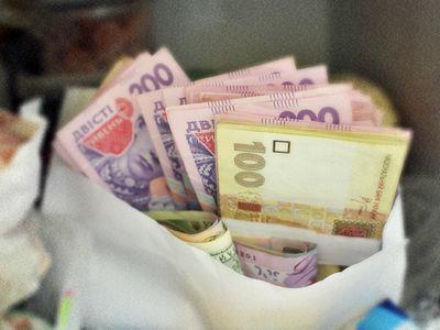Самую большую зарплату в Украине получают авиаторы и финансисты