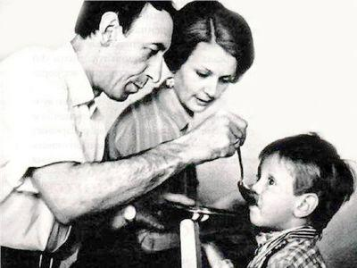 По словам Валентины Титовой, Владимир Павлович был  очень хорошим отцом: всё свое свободное время уделял детям, мог приготовить им обед, уложить спать. На фото - кормит сына Александра.