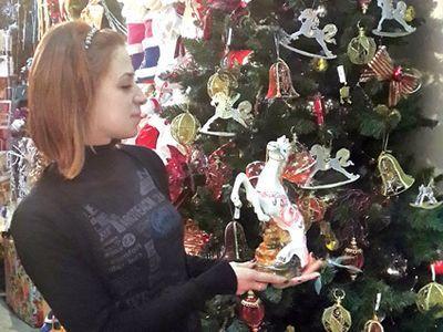 """Продавец-консультант магазина """"Время Рождества"""" Анна Евдокимова уверяет, что чем больше на ёлке лошадок, тем лучше! Скакун вполне может заменить и самого Деда Мороза!"""