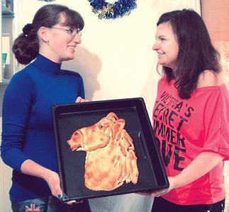 Регина и Виктория пирогом очень довольны.