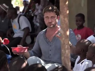Трогательно до слёз: Джерард Батлер накормил голодных школьников (ВИДЕО)