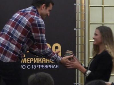 Украинская поклонница на спор накормила голливудскую звезду солёными огурцами (ВИДЕО)