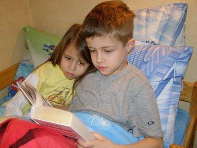 Перед сном Ваня читает сестричке Маше сказку, и детям очень удобно на подушках с полиэфирным наполнителем. И засыпают малыши на них крепко.