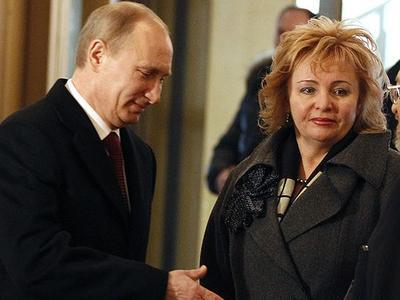 Путин официально развёлся с женой, дефилирующей в костюме цвета украинского флага