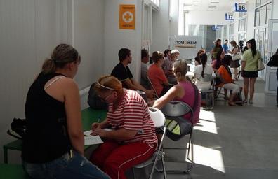 В Мариуполе переселенцам раздают гуманитарную помощь, простоявшую в порту три месяца
