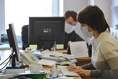 Мало того, что, работая простуженным, вы можете получить осложнения, так ещё и окружающих вполне можете «заставить» болеть.