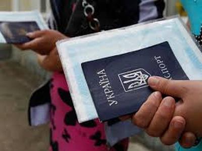 Пенсионеры-переселенцы получат  банковские карты нового образца, - Розенко