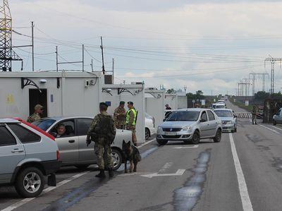 Субботнее утро у донбасских пунктов пропуска встретили 900 авто