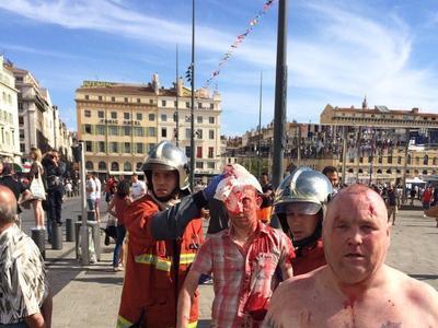 Российские и английские футбольные фанаты устроили жесткую драку в Марселе перед матчем (ВИДЕО)