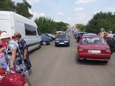 Линия разграничения: утро у КПВВ встретили около 600 авто