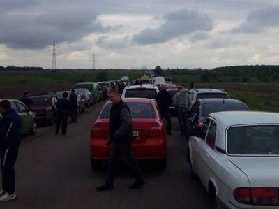 Около 700 авто встречали утро у линии разграничения на Донбассе