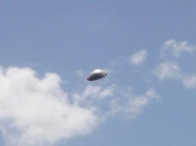 Фотограф снимал летящий самолет, а на самом деле запечатлел на снимках НЛО