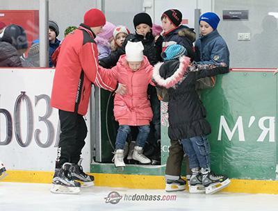 Дети Славянска – участники проекта «Первый раз на каток»
