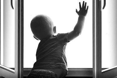 У Маріуполі пожежні врятували дитинку, яка ледь не випала з балкону.