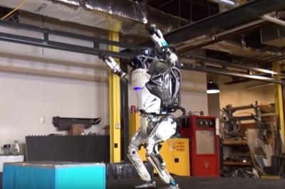 """Двуногий робот Boston Dynamics """"научился"""" делать сальто (ВИДЕО)"""