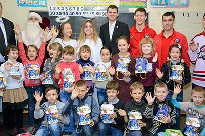 54 000 детей Донецкой области получили подарки в день Святого Николая от фонда Бориса Колесникова и ХК Донбасс