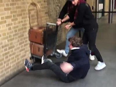 В Лондоне фанат Гарри Поттера пытался пройти сквозь стену (ВИДЕО)