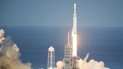 SpaceX запустила в космос самую мощную ракету в мире (ВИДЕО)