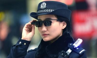 """Китайская полиция получила """"умные"""" очки, распознающие преступников"""