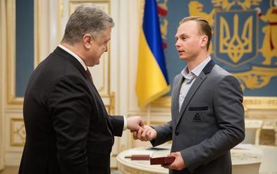 Порошенко наградил единственного медалиста Олимпиады орденом и квартирой