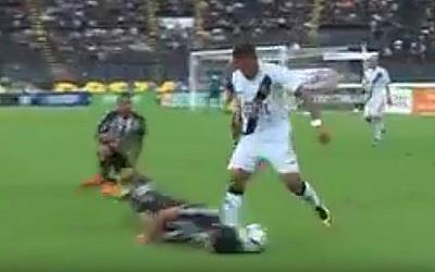 Бразильский футболист выполнил подкат... головой (ВИДЕО)