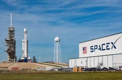 Компания Илона Маска назвала новую дату отправки людей на лунную орбиту